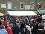la place du centre de saint briac et un public très nombreux